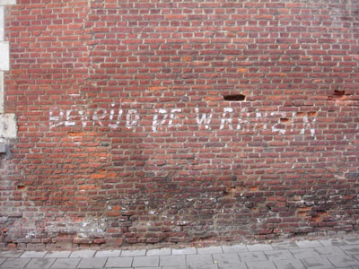 Bevrijd de waanzin (Liberate the madness): this surviving graffiti, linked to the Anti-Psychiatry mouvement of the sixties, has been the starting point of the collaboration.
